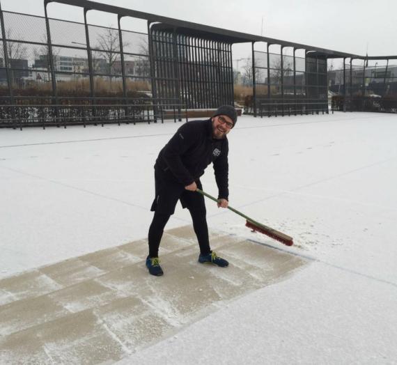 """Erstes """"warm up"""" war Schnee vom Platz kehren."""